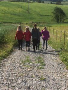 Her er noen av jentene på vei for å hente hester til dagens andre økt. Foto: Heidi J Andersen