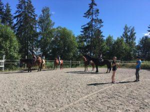 Det ble ganske støvete med mange timer på ridebanen hver dag, men godt og varmt var det! Foto: Line Skofteby