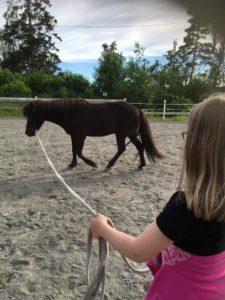 Amanda lærer å longere. Foto: Line Skofteby